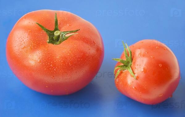 Красные помидоры с каплями воды