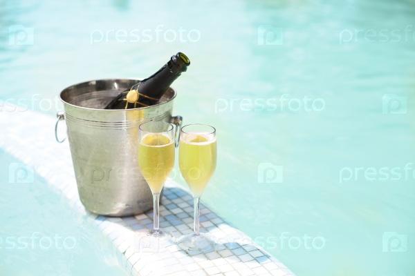 Шампанское у бассейна