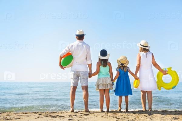 Семья на пляже
