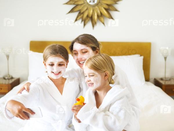 Счастливая мать с детьми
