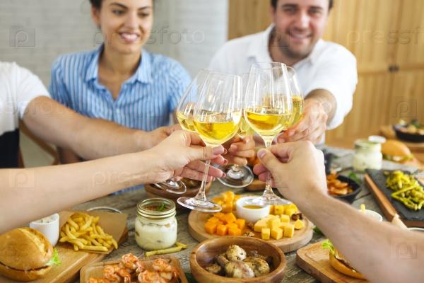 Бокалы белого вина в руках