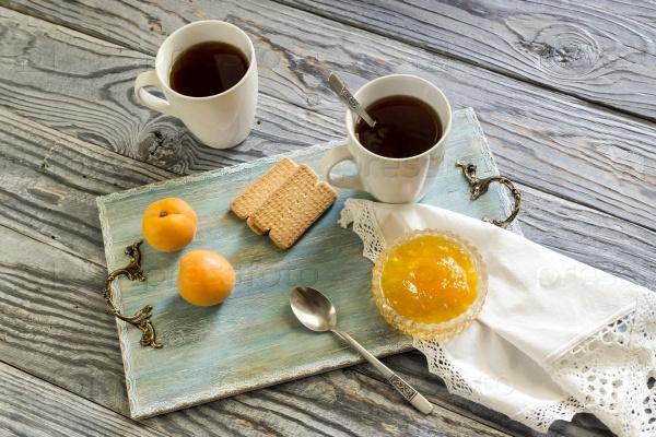 Чашка с чаем, печенье, абрикосы