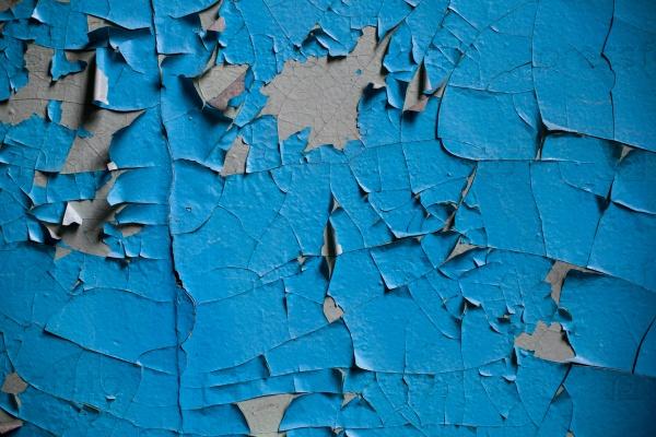 Трещины стены со старыми слоями краски
