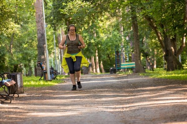 Женщина с избыточным весом на пробежке
