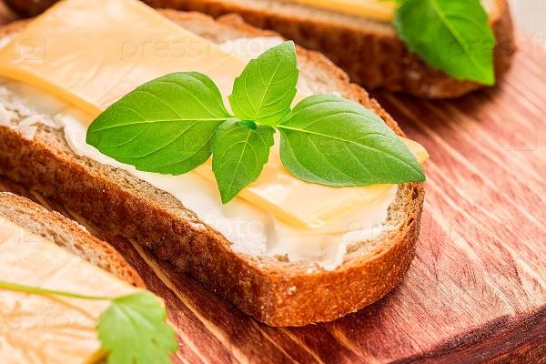 Сливочное масло и хлеб для завтрака