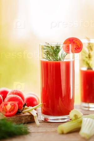 Стаканы свежего томатного сока на деревянном столе