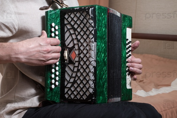 Музыкант играет на аккордеоне