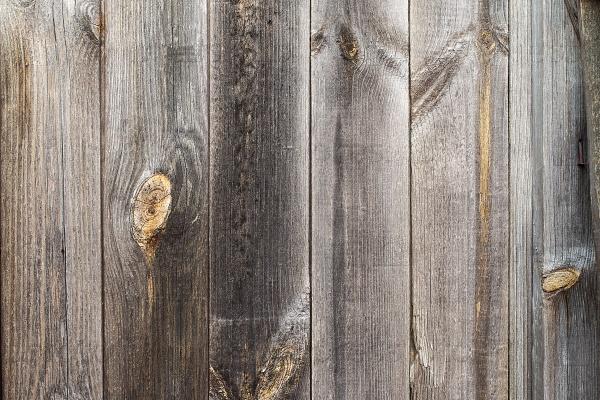 Текстурный серый деревенский деревянный забор