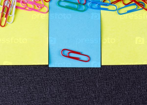 Пустой лист бумаги и скрепки