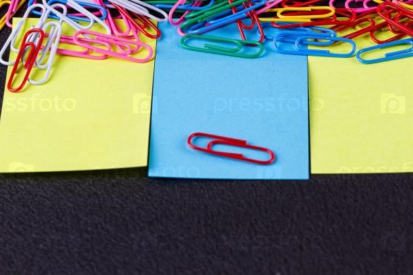 Цветные наклейки и скрепки