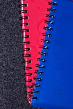 Несколько разноцветных блокнотов на спирали
