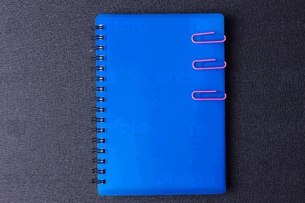 Синий блокнот со скрепками