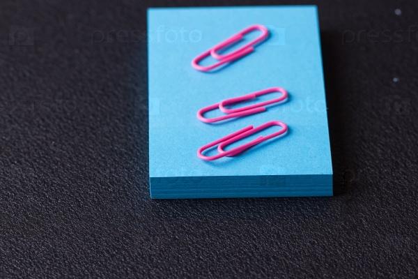 Синие наклейки и розовые скрепки