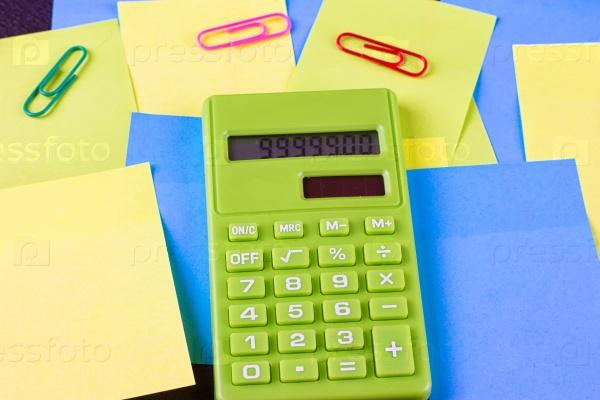 Разноцветные стикеры и зеленый калькулятор