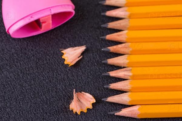 Простые карандаши и розовая точилка
