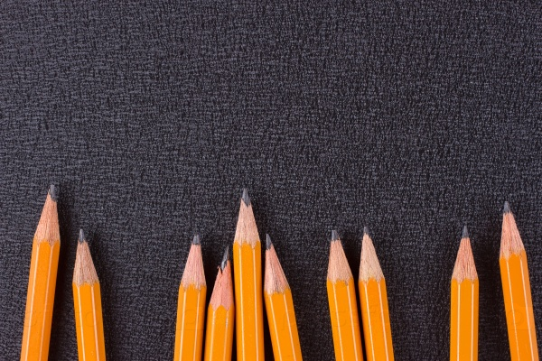 Набор карандашей на черном фоне