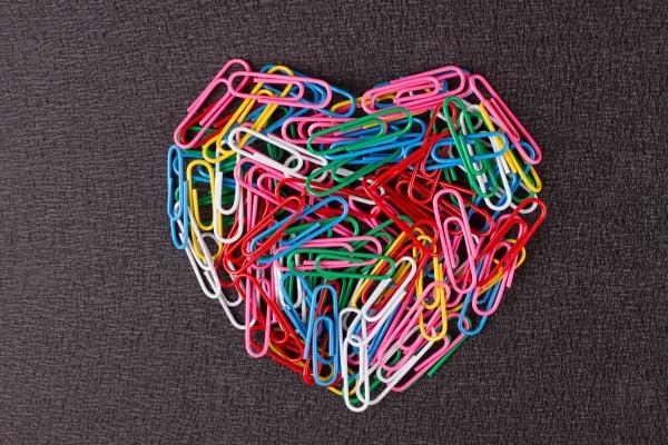 Цветные скрепки расположенных в форме сердца