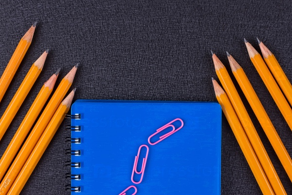 Блокнот и карандаши
