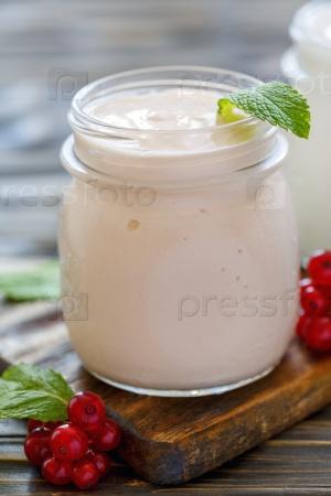 Йогурт в стеклянной банке