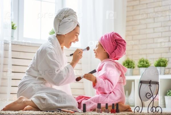 Мать и дочь делают макияж