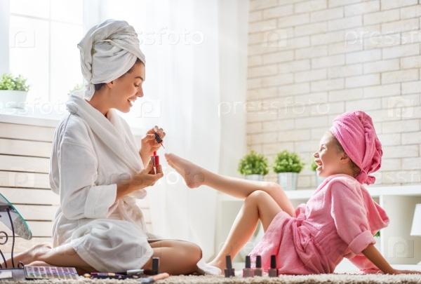 Мать и дочь делают педикюр