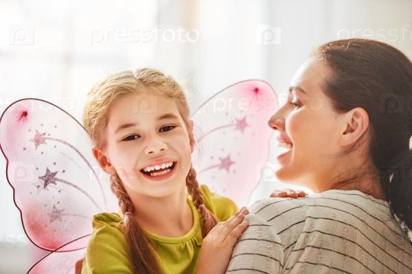 Мать и дочь играют