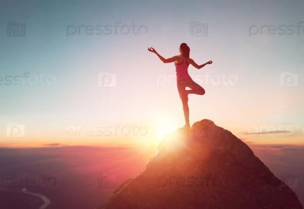 Женщина практикует йогу
