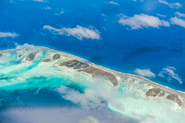 Вид с воздуха на острове с облаками