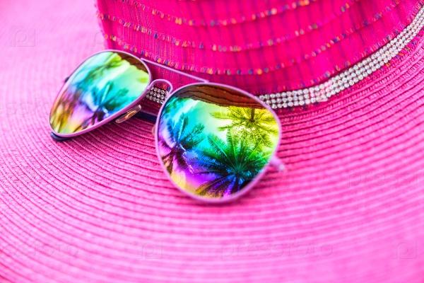 Шляпка и солнечные очки