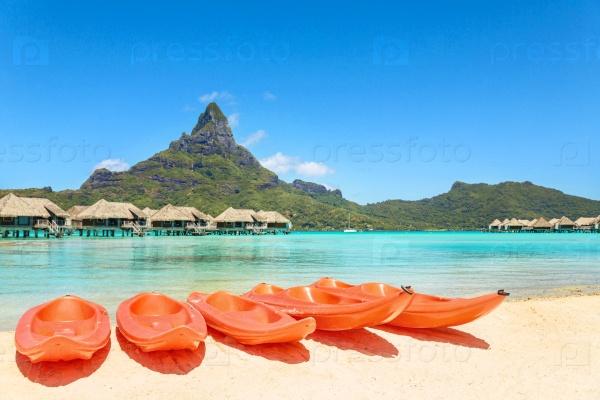 Байдарки на белом песчаном пляже