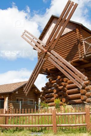 Деревянная ветряная мельница