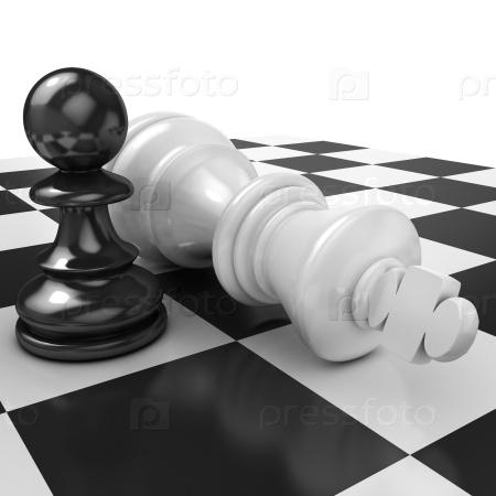 Белая пешка стоя над упавшим черным королем