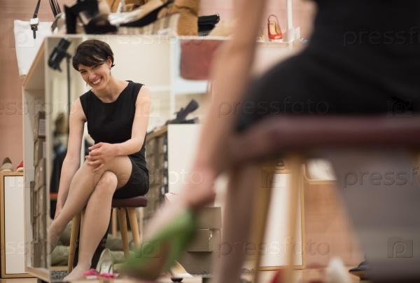 обновление даст раб меряет обувь госпожи в обувном супермаркете что она хочет