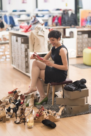 человек свободен раб меряет обувь госпожи в обувном супермаркете пункта