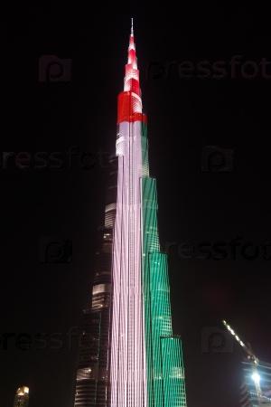 Ночной вид на небоскреб Бурдж-Халиф в Дубае, флаг ОАЭ, ОАЭ