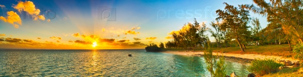 Прибрежный вид на закат. Маврикий. Панорама