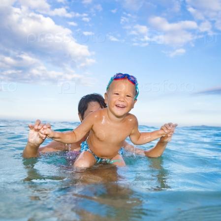 Мальчик с матерью в море