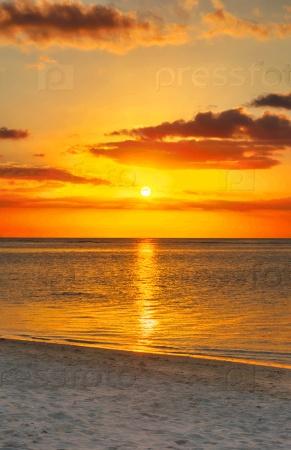 Красивый морской пейзаж на закате