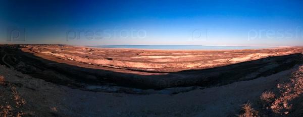 Панорамный вид на Аральское море от края плато Устюрта вблизи мыса на закате в Каракалпакстане, Узбекистан
