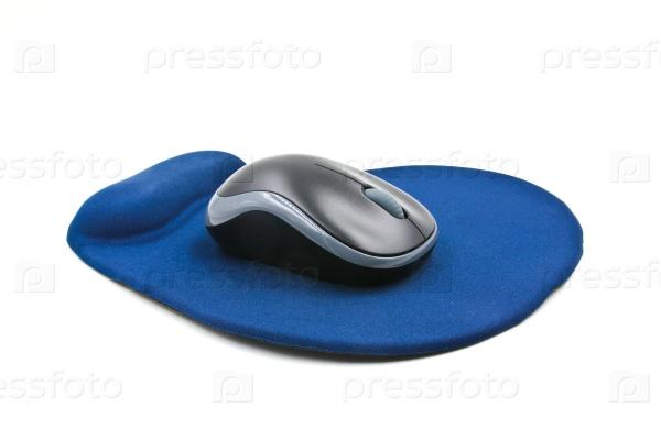 Беспроводная компьютерная мышь на синем коврике