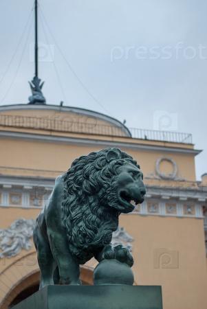Бронзовый лев на Дворцовой пристани в Петербурге