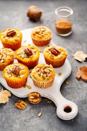 Самодельные тыквенные кексы с орехами