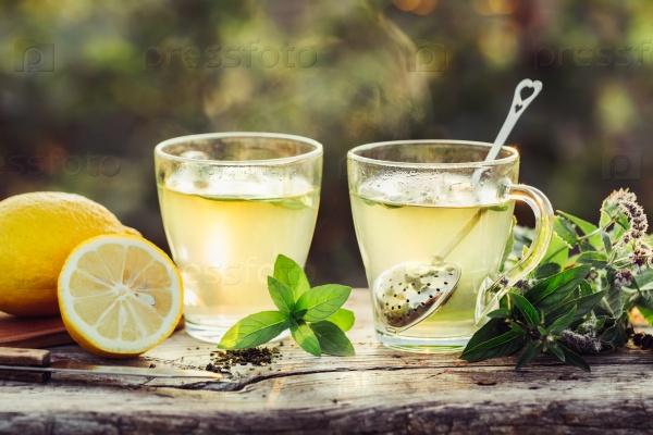 Горячий чай с лимоном и свежей мятой