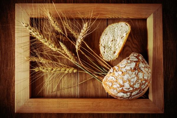 Круглый хлеб и колоски