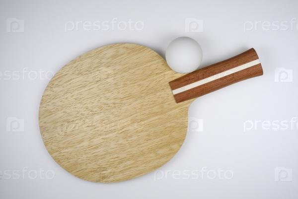 Теннисная ракетка и мячик