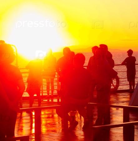Люди любуются закатом