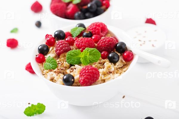 Вкусная овсяная каша с ягодами