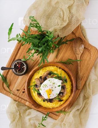 Завтрак. Полента с грибами и яйцом-пашот