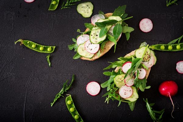 Вегетарианские бутерброды с огурцами, редисом, рукколой и зеленым горошком