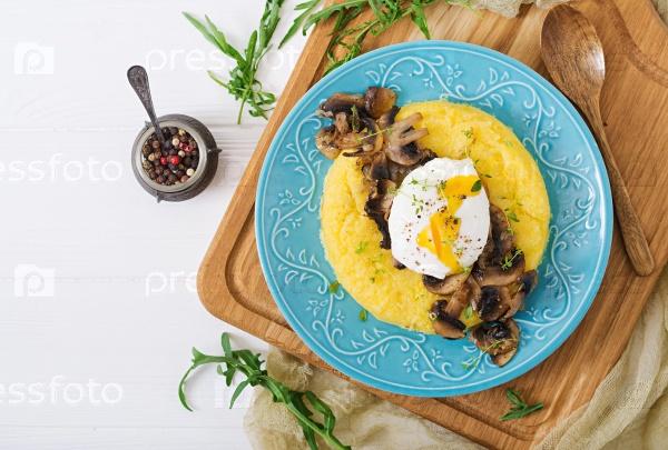 Завтрак. Полента с грибами и яйцом-пашот. Плоский лежал. Вид сверху